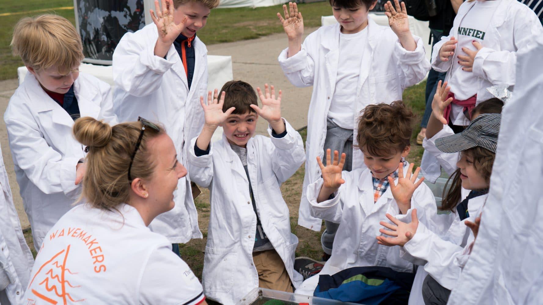 Bo Schreur tijdens één van de waterexperimenten met de enthousiaste kinderen. (bron: www.zsl.nu)